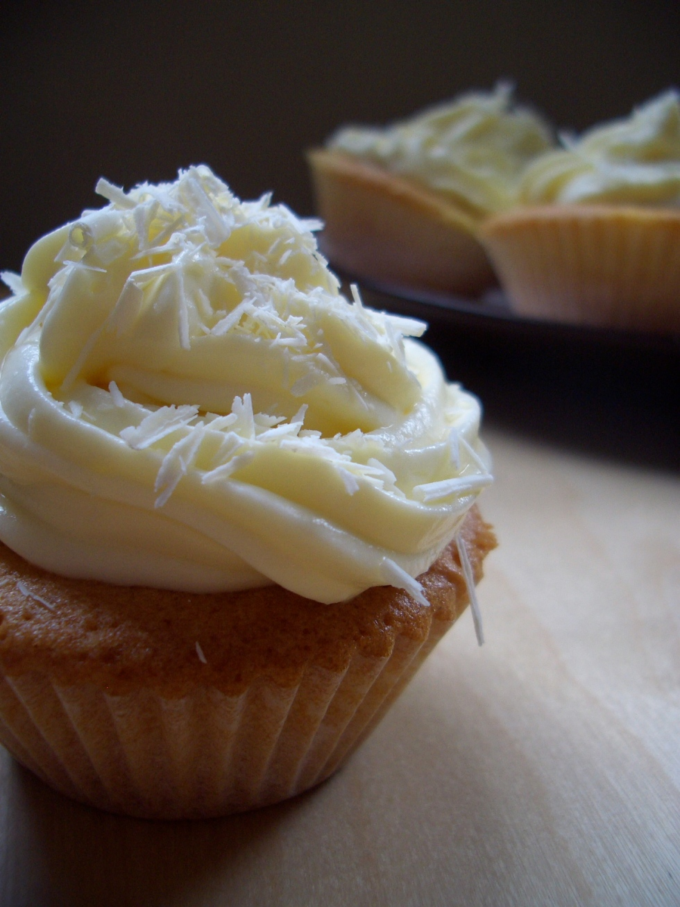 Vanilla_cupcakes_with_lemon_and_mascarpone_frosting_and_white_chocolate_curls,_detail